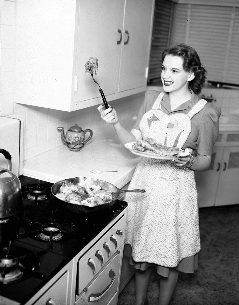 Vintage Photos Of Celebrities Eating (17)